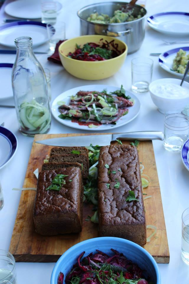Kurgi-peedi salat vürtskartulite ja punasesõstra marinaadis peesitanud heeringaga