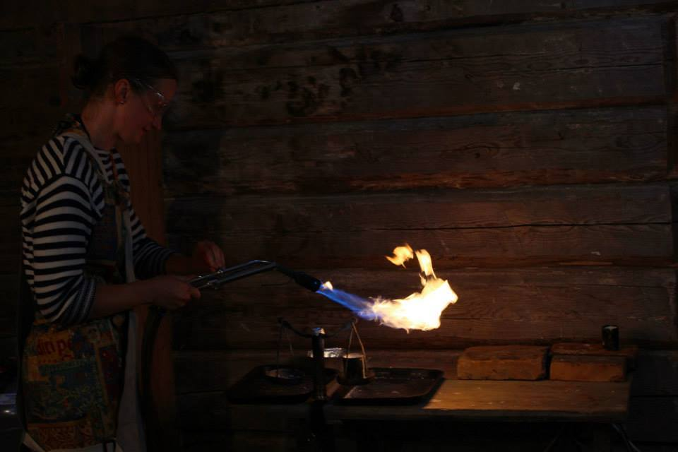 Ehtekunstnik Kertu Tuberg sulatab metalli, et see siis vormi vurritada