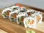 #39 SPICY SALMON MAKI / SALMON, CUCUMBER, SPICY DRESSING, SESAME SEEDS / 8.20€