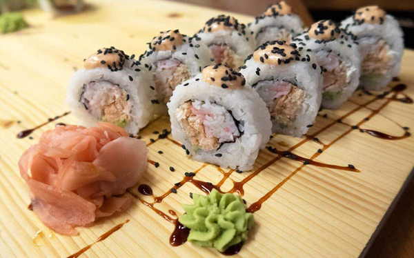 #42 KAMIKADZE / STEAMED SALMON, CRABMEAT, CREAM CHEESE, WASABI, SPICY DRESSING, BLACK SESAME SEEDS / 8.20€