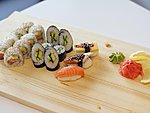 MIX #1 / PHILADELPHIA, CUCUMBER MAKI, SALMON, OMELETTE AND EEL SUSHI / 16€