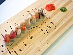 #7 VIKERKAAR (RAINBOW) / 7 KINDS OF FISH, CUCUMBER, CRABMEAT, UNAGI DRESSINGE, SESAME SEEDS / 9.40€