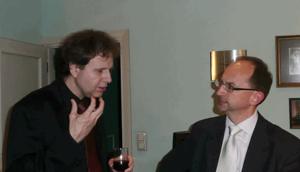 Kevin Kenner in discussion with Lauri Väinmaa