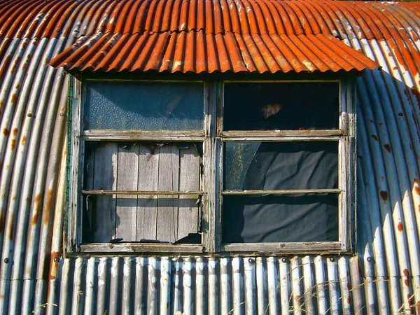Image: //media.voog.com/0000/0038/1211/photos/Rusty-old-barn-w_block.jpg