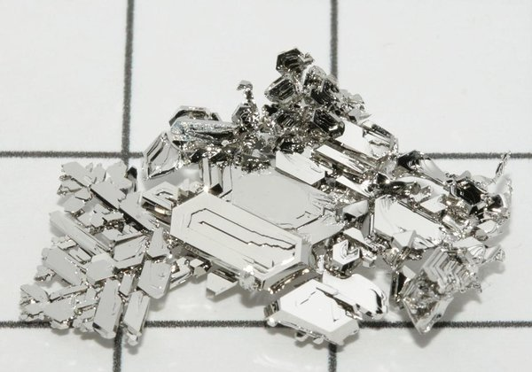 Crystals of pure platinum grown by gas phase transport