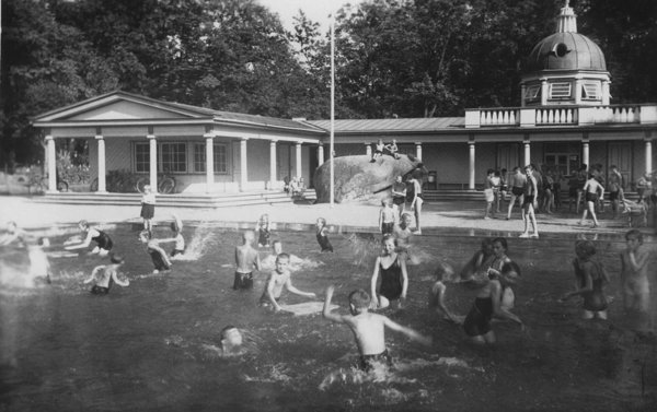 Swimming pool at Youth Park. 1938–1939. Photo: AME
