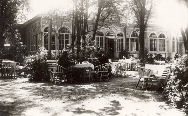 A coffee shop worked near the Swan Pond already in the 1870s. Café-restaurant Kontsertaed (earlier Livaadia and Arkaadia) opened for the public in 1889 and was one of the most popular restaurants in early 20th century Tallinn.