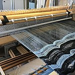 Stepping reed on the loom
