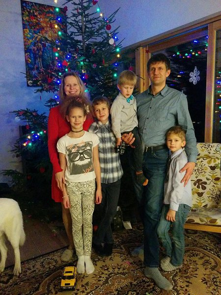 Eeva and Erki taking a Christmas photo with the family at Eeva's brothers house in 2016