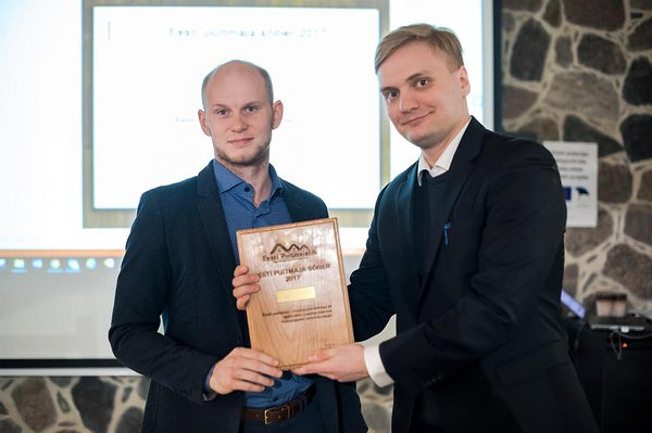 Chairman of the Board of Wooden Houses Association, Kaarel Väer awards Tanel Rebane, Director of Trade Development Agency, with the award to Enterprise Estonia. Photo by: Jelena Rudi