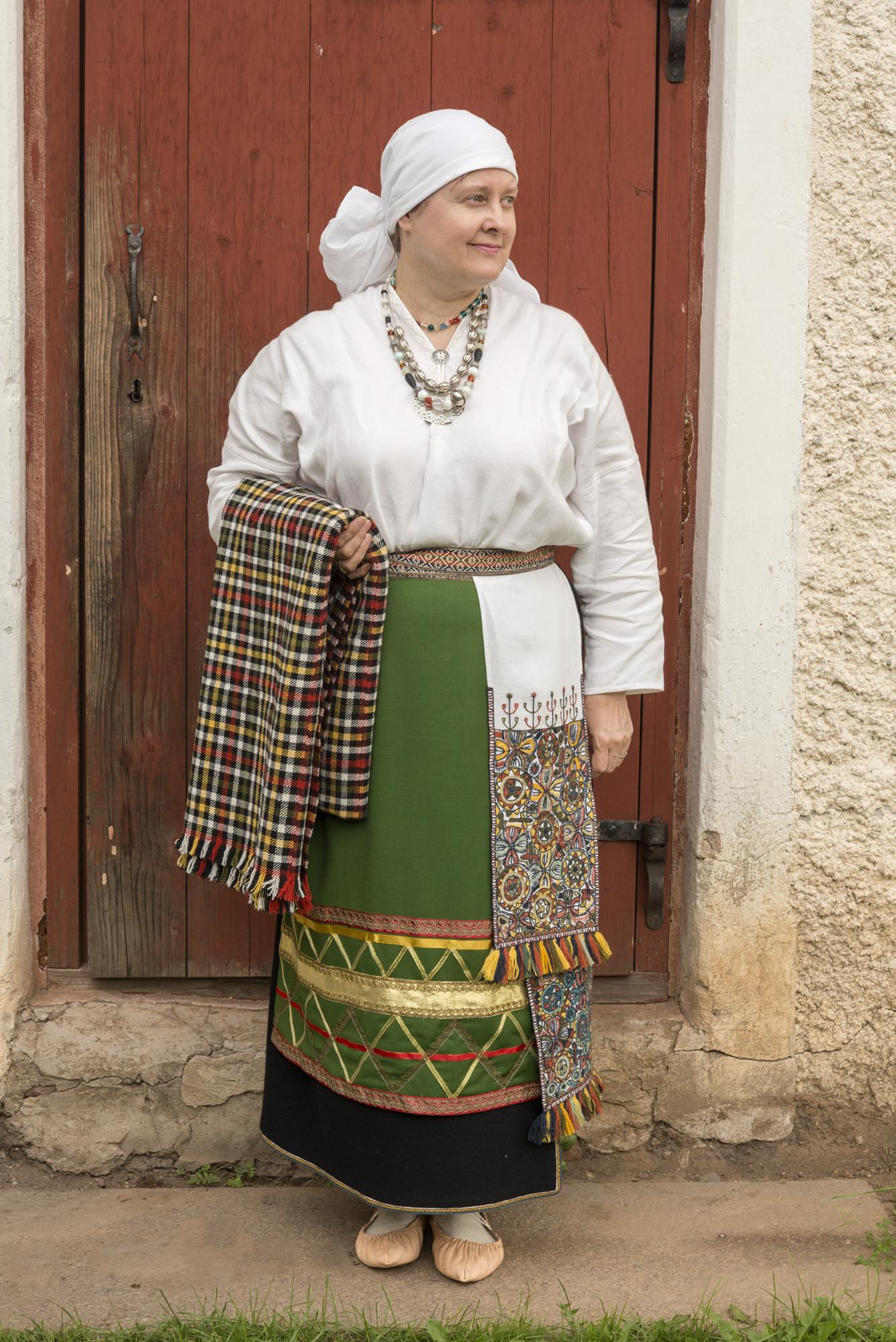 c8afdc6a243 Halliste naine 19. sajandi alguse abielunaise rõivakomplektis. Komplekti  valistanud Amy Koitmäe.
