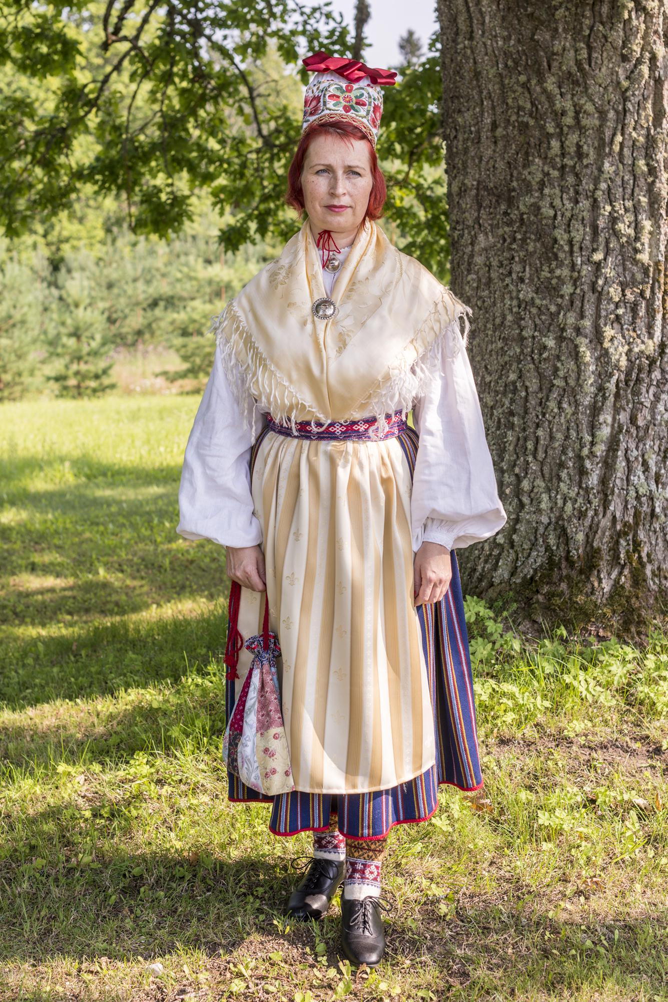 0f6cecfa4bc Mihkli naine siidpõlle ja rätikuga.