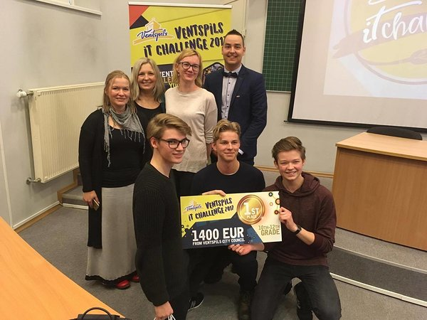 The winners of the 10.-12. grade category together with the judges from Estonia and the representative of the Ventspils Digital Centre.