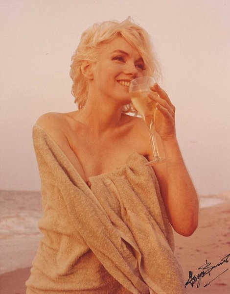 Marilyn Monroe on Santa Monica beach. Photo: George Barris (July, 1962).