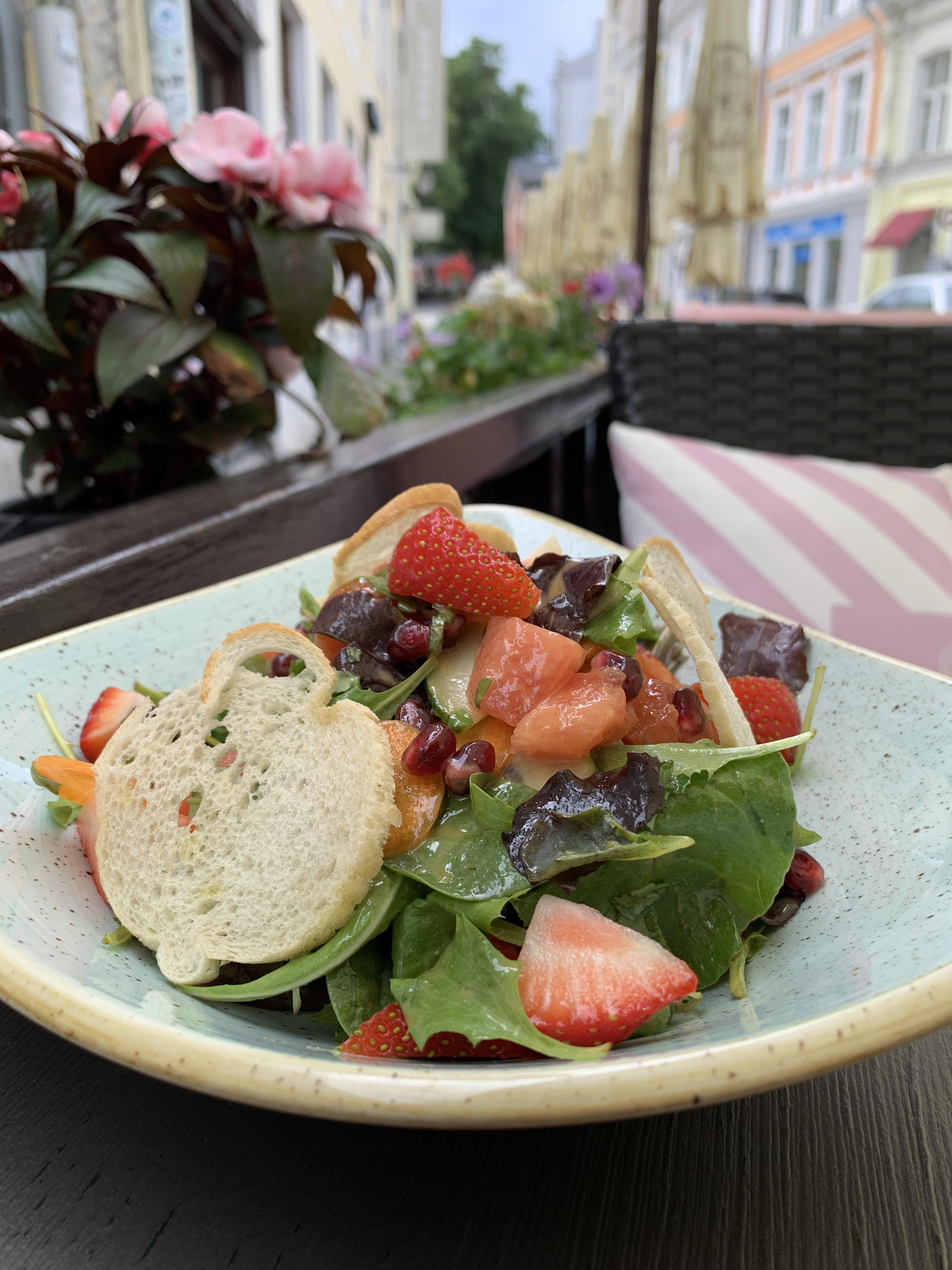Suvine maasika-arbuusi salat