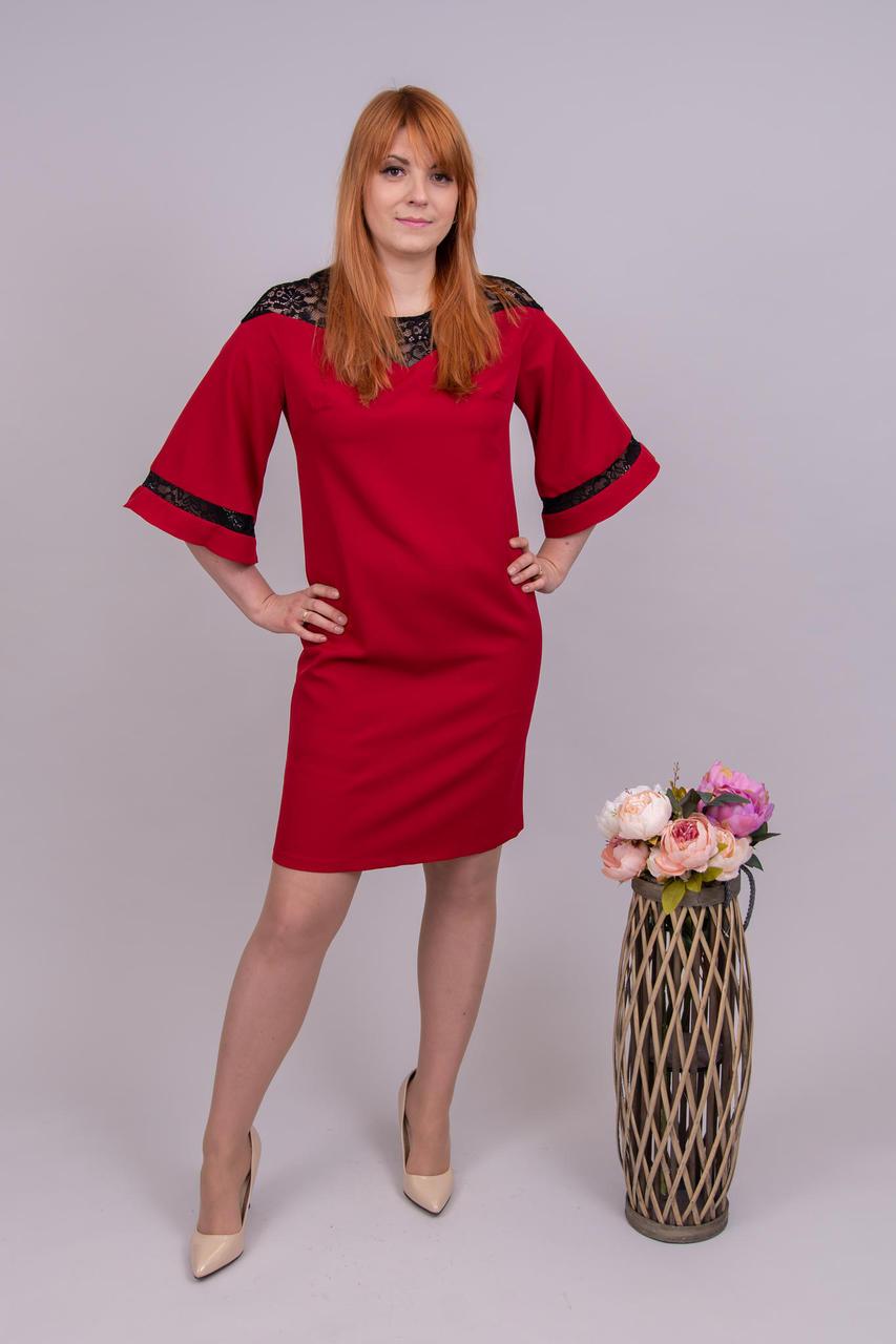 31020ef3571 Pidulik punane kleit musta pitsiga. Kleidil on pitsist õlaosa ja triip  varrukatel. Laienevad varrukad. Taga on lukk ja lõhik. Kangas ei veni eriti  juurde.