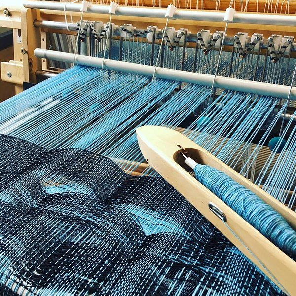 Stepping reed on the loom. Photo Marilyn Piirsalu