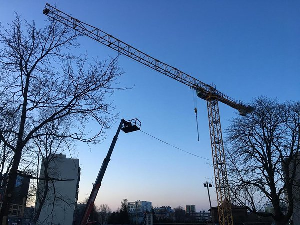 Slackline between cranes