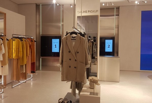 Cleveron 402 parcel robot in a Zara store