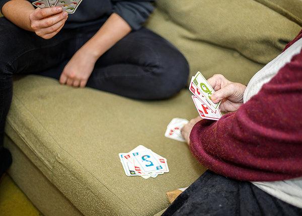 Helgi ja Johanna mängivad kaarte. Foto: Katre Liiv