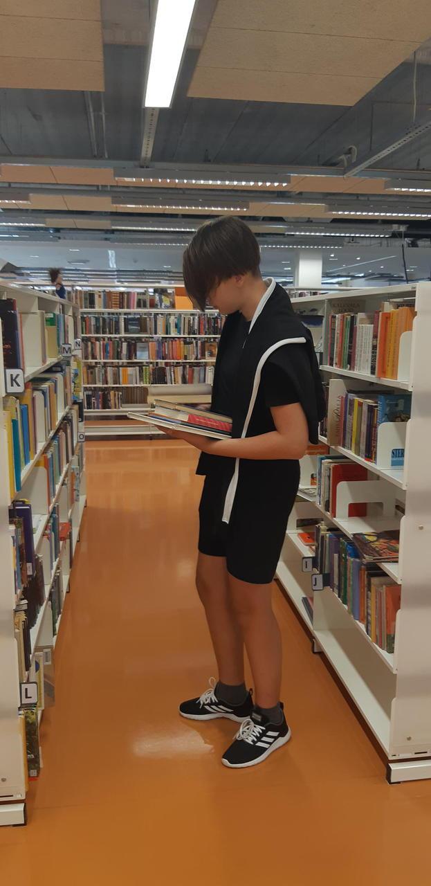 Lugejate poolt tagastatud raamatud on tarvis riiulitesse tagasi panna.